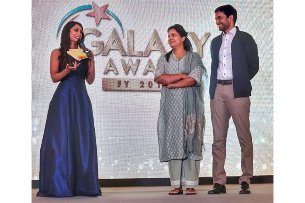 Zinia Fernandes engages the Coach of the year, Pullela Gopichand and 8 times National Badminton Champion & his wife, Mrs. PVV Lakshmi at the IDBI Federal Galaxy Awards held at Singapore.