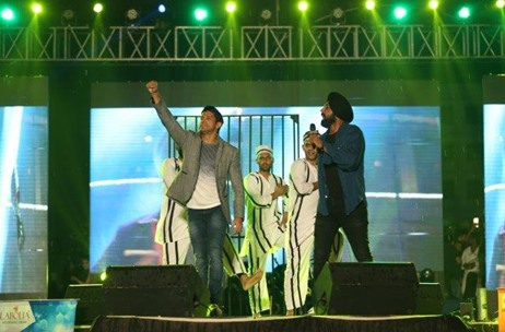 Farhan Akhtar and Gippy Grewal Perform at Latest Edition of 9X Tashan Nites