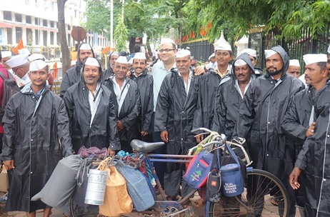 Milton Presents Dabbawalas With Raincoats to Shield Them From the Monsoons