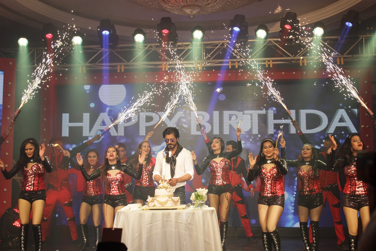 SRK Celebrates his 50th Birthday with Fans and the Media; Event Managed by Cineyug